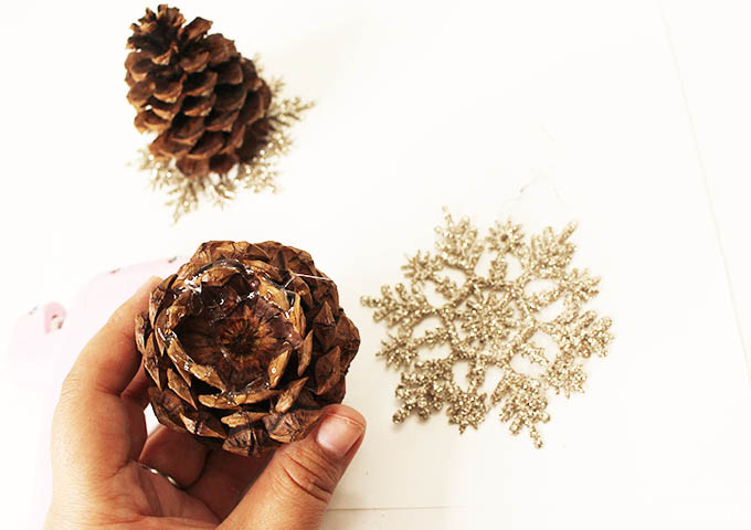 gold-holiday-place-setting-pinecones